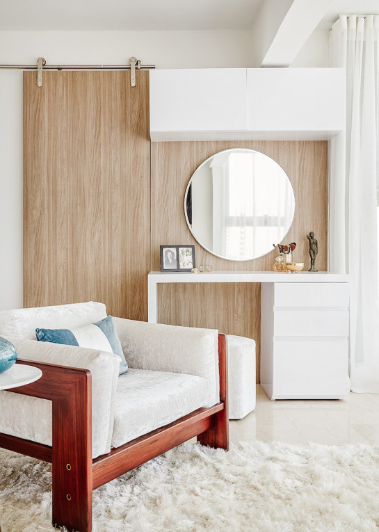 master-bedroom-dressing-area-closet-round-mirror